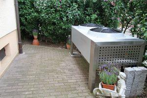 Wärmepumpen - Verdampfer im Vorgarten